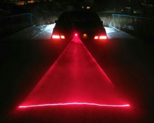 Небольшое устройство, формирующее яркую светящуюся ограничительную линию позади автомобиля