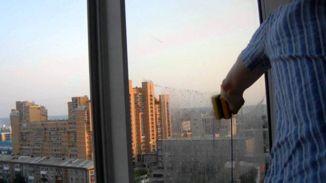 С магнитной щеткой нам не придется вылезать в окно, вставать на скользкий подоконник, даже глухой стеклопакет мы помоем без особых проблем, стоя на одном месте