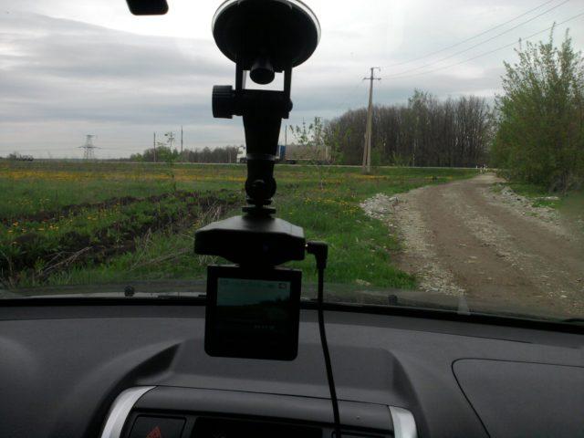 В нём есть всё, что может потребоваться при видеофиксации в дороге